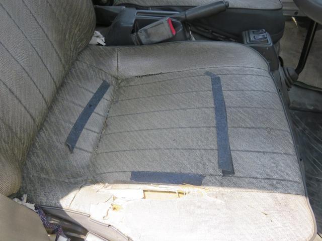 関しては綺麗ではありません。掃除もしていませんが、シートは破れています。タバコでしょうか?天井も黄ばんでいます。匂いはそこまで感じません。納車の際にはいくらかは掃除しますが、この車をピカピカに