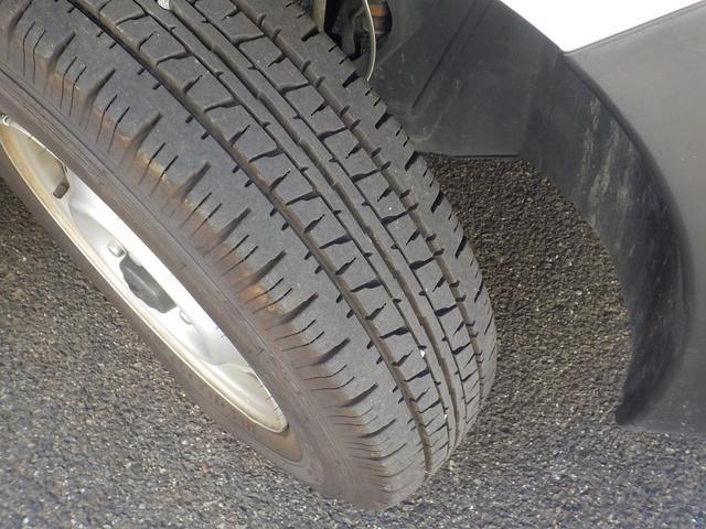高価なバン用タイヤも4本共にまだまだ溝があります☆
