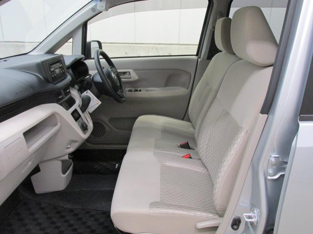 フロントシートを取り外して、フロアカーペットから徹底的に洗浄しています!