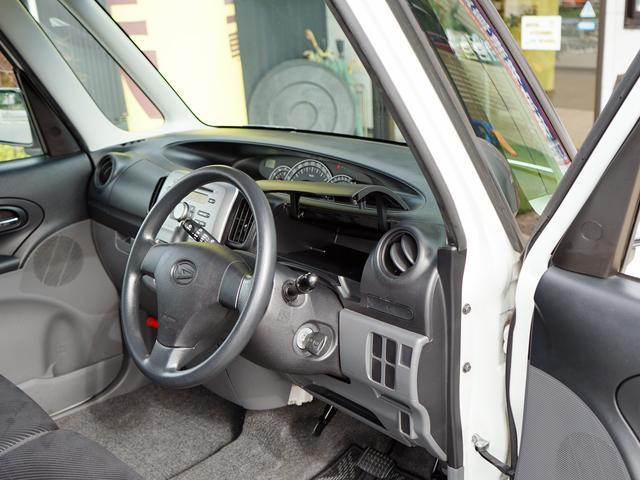 運転席の目の前もパカっと収納があります!ここにはリップやハンドクリームなどよく使うものを収納しましょう!