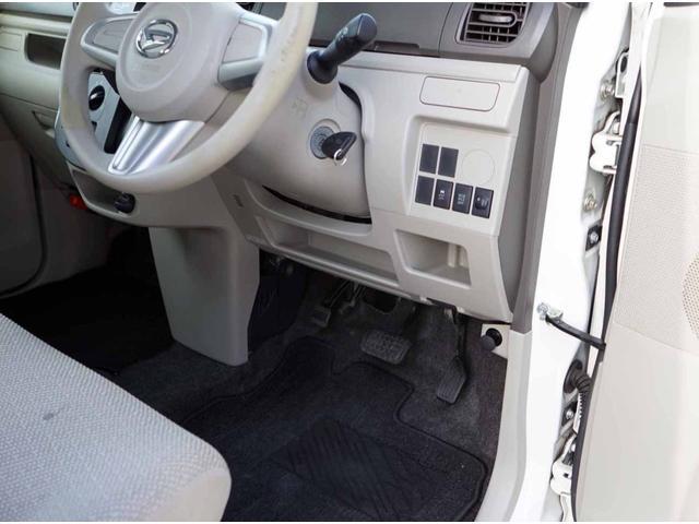 運転席の下にも小物入れがあります。駐車券や小銭を入れると便利です!!