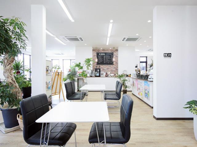店内はカフェ風に作られています!受付は女性スタッフのみなので女性の方お一人でもご来店されています!女性営業スタッフもいますのでご指名ください!!