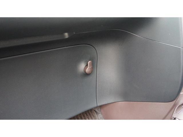 運転席、助手席ともにバイザー裏に鏡が付いています!お互いに身だしなみチェックをしましょう!!