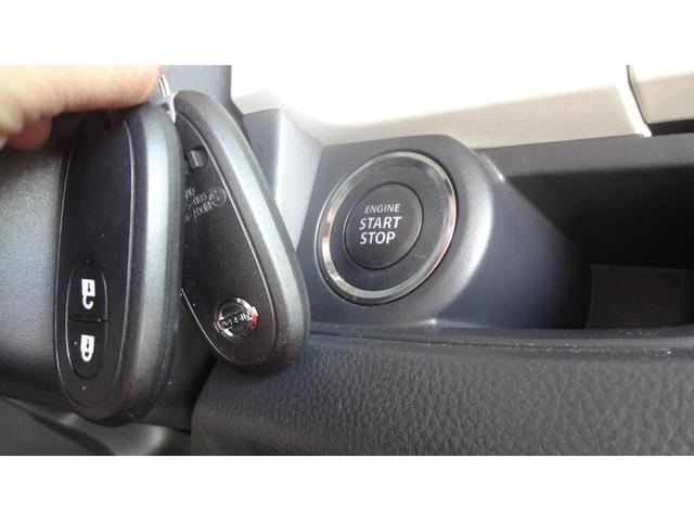 純正タッチパネルオーディオ☆CDの他に外部オーディオプレーヤーも接続可能♪ギアをバックに入れると車輛後方をモニターに映し出し車幅や距離の目安となるガイドラインを表示されるので安全に駐車できます♪