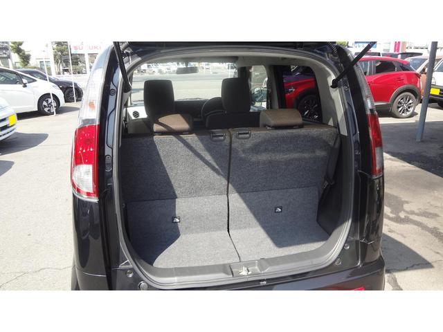 ハッチバックの使い勝手の良いラゲージです☆後部座席を前にスライドさせれば乗車定員を確保しながら広めの荷室を活用できます!左右独立可倒式のリアシートなので乗車人数に合わせて様々な使い方が可能です♪