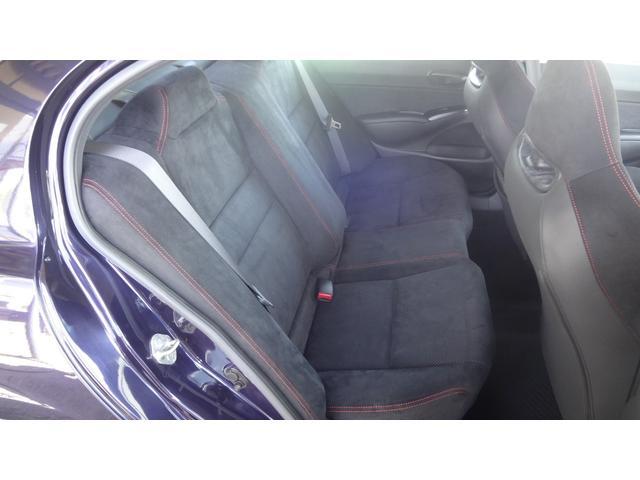 後部座席も非常に綺麗です☆フロントシート同様ラックススェード表皮のシートで滑りにくさと質感の良さが両立されています♪