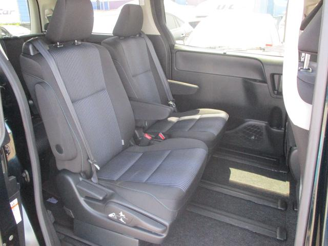シックな色使いの運転席周りですね。すっきりとしたデザインで上品な色使いです。居心地の良い運転席、長く座ってられるリラックスできるデザインがいいですね。
