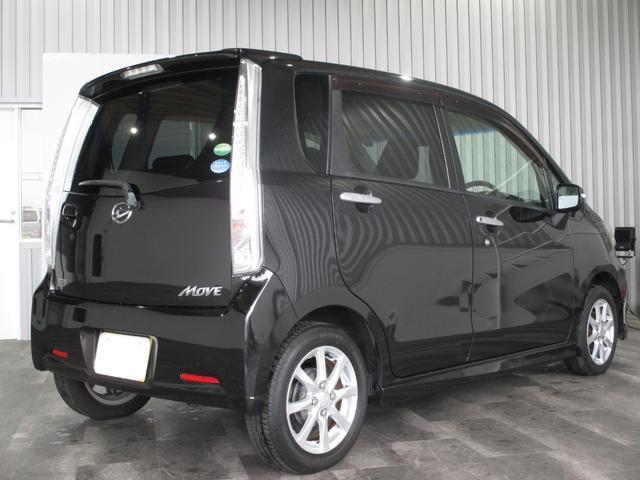 それではこちらのお車をご紹介させていただきます。まず装備面では、社外メモリーナビ・DVD再生・Bluetooth・LEDオートライト・フォグ・スマアシ・エコアイドル・オートエアコン・
