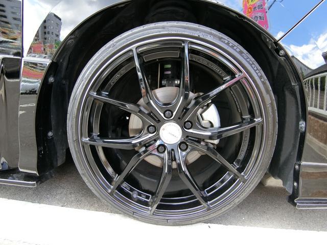 レイズ19インチAWです!このお車によく似合っていてかっこよく決まっていますね!タイヤは3分山くらいです。