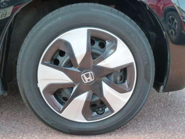 【タイヤ】純正ホイールキャップです。タイヤサイズは、185/60R15です。