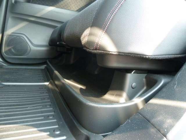 【収納】後席足元には、傘や靴を置くことの出来るスペースもあります。