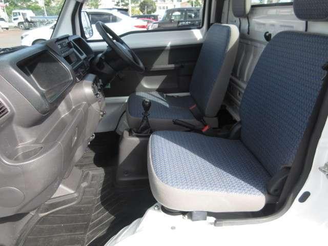 運転席シートにはスライド機能があります♪
