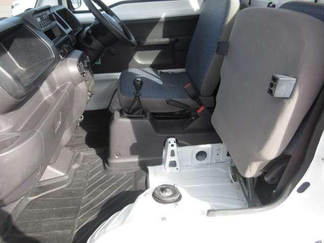 助手席座面を跳ね上げると、ここもトランクとしてご利用いただけます♪ちょっとしたお買いものにはこちらを使用すると便利です。