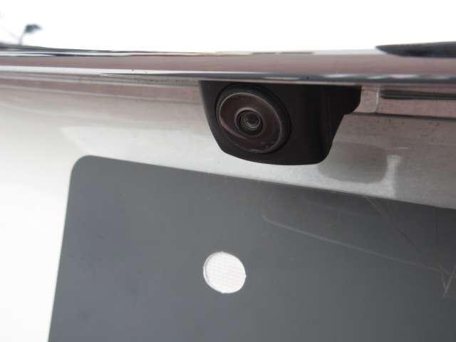 【バックカメラ】ナビ画面連動のバックカメラを装備、駐車時の後方確認に便利です!