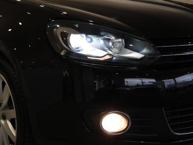 ハロゲンライトの約2倍の光量を持つキセノンヘッドライトと、濃霧でも安心のフォグランプ装備。