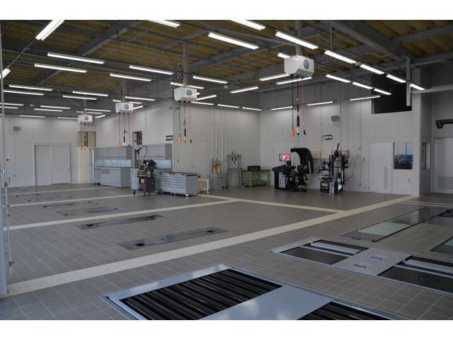 整備工場にはこだわりの最新設備をふんだんに導入。お客様の愛車をサポートする体制が充実しています。