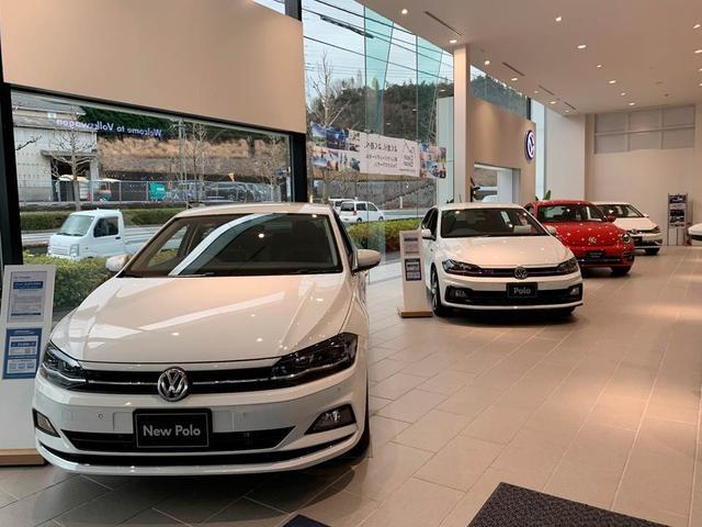 日差しの差し込む明るいショールームには常時、5台から6台の新車を展示しております!