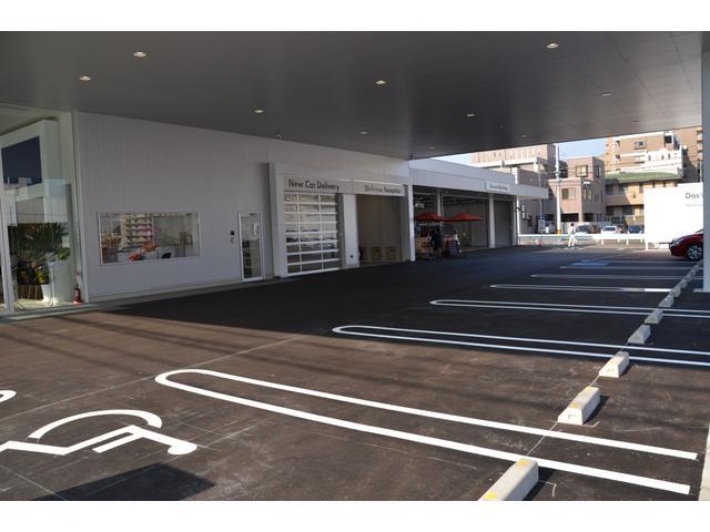 お客様駐車場は広いスペースで安心。屋根があり、雨に濡れることもありません。