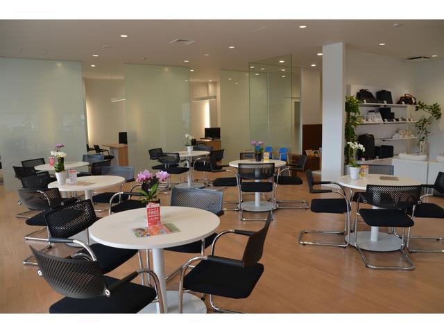 テーブル席や商談ブースはお客様がゆっくりと過ごせる空間づくりを徹底しています。