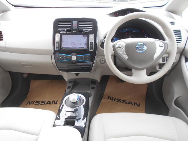 近未来を想像させる運転席周り(操作性に優れたスイッチ類の配置です)