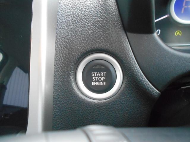 プッシュエンジンスタート。ブレーキを踏んでボタンを押したらエンジンが始動します。