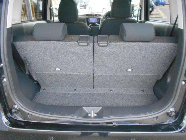 ラゲッジ。後席シートを前後にスライドすれば荷室のスペースを調整できます。