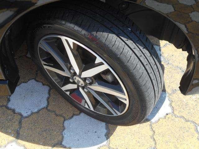タイヤの溝はこのくらいです。ホイールはクールな印象のアルミ。