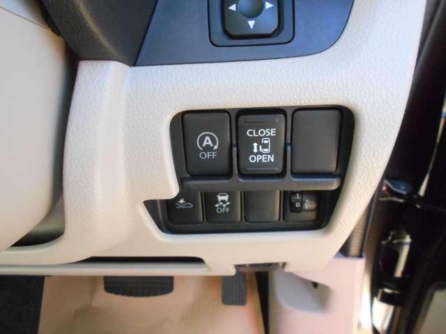 アイドリングON/OFF、エマージェンシーブレーキの解除スイッチ。運転席から左側の電動スライドドアの開け閉めができます。