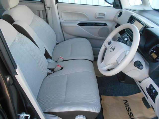 運転席&助手席。足元は広々。