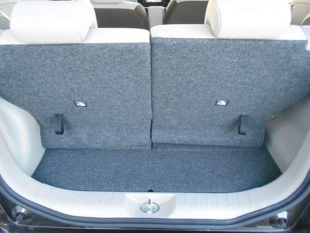 ラゲッジ。後席シートが前後にスライドするので荷室の調整ができます。