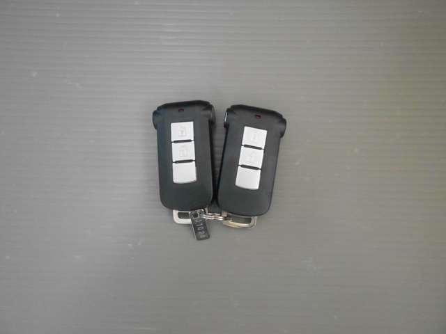 インテリジェントキー2つ。カバンやポケットに入れておいても操作が出来ます。