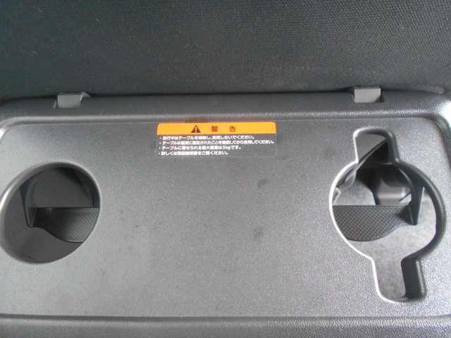 助手席シートバックにはパーソナルテーブルも。取っ手付マグカップもぴったり入ります。