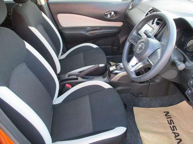 運転席&助手席。足元広々です。