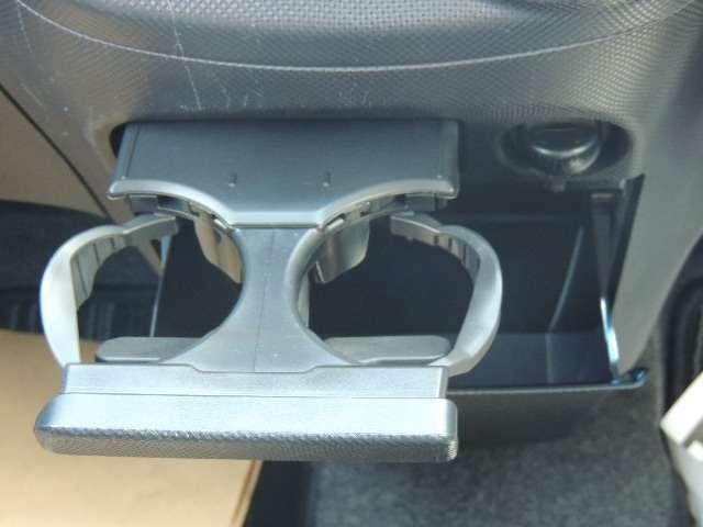 ☆カップホルダーとゴミ箱にも使えるアンダーボックスがついています。