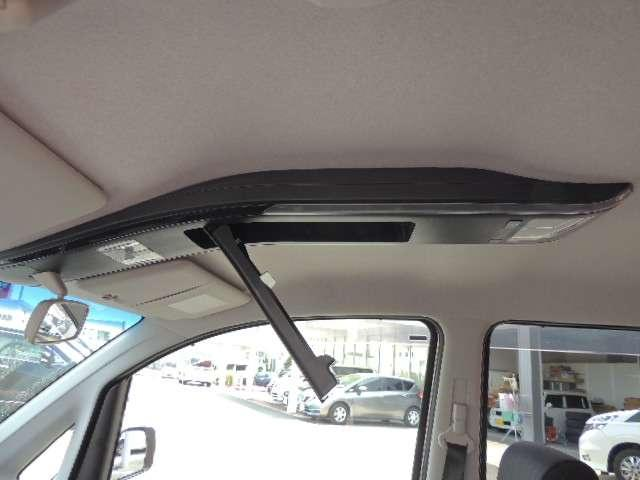 ☆フロントシートの天井部分にルームランプと一体化した収納スペースがございます。