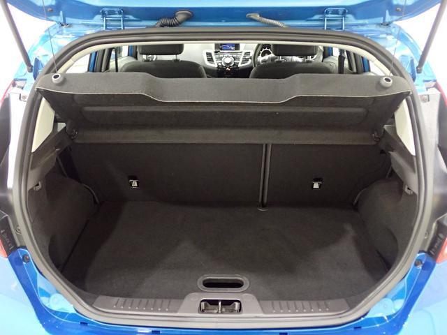使い勝手よいトランクルーム 日頃使わない荷物をボード下にも収納スペースに保管できます。