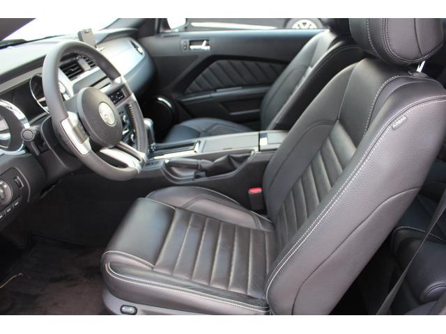 運転席に乗り込むだけで、マスタング5Lの走りを感じられます。