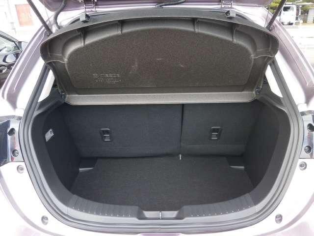 このままでも十分な荷室ですが簡単操作でシートが前に倒れます!さらに広々空間を確保!大きなお買い物にもしっかり対応できる使い勝手の非常に良いお車です。