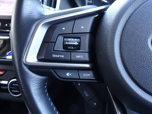 ナビの操作はステアリング左のスイッチで視線を外さず、楽々安全に出来ます。下には、メーター内ディスプレイの表示切替ボタンが付いています☆運転中もクルマの情報を見る事ができます。