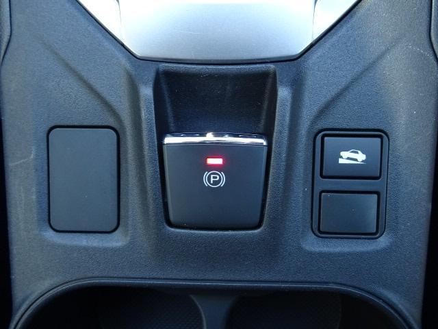 サイドブレーキを電動化。ヒルホールド機能を用いれば上り坂での停止時に作動させ、発車時の後退を防ぐ事も出来ます☆
