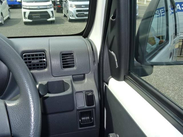 運転席側のドリンクホルダーとペンとカードを差し込めるようにしてあります☆これ、便利です♪