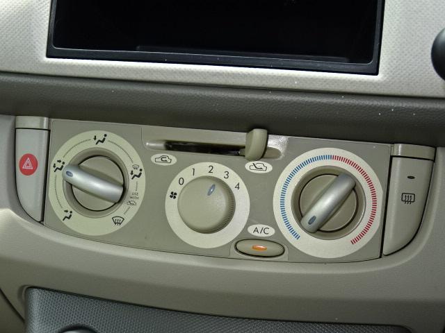エアコンのスイッチ部です。ダイヤルを基調とし、どなたでも直感的に使いやすいデザインが採用されています☆