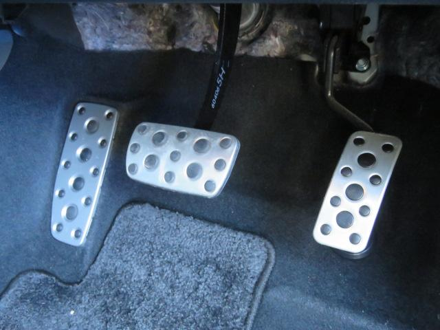 ペダル操作は安全に直結します。見た目の格好良さと靴底が濡れていても滑りにくい実用性を兼ね備えています。(アルミペダル)