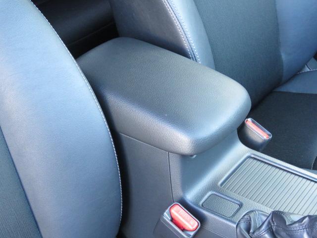 運転席・助手席間のひじ置きでロングドライブもゆったり出来ます☆運転席の方は両手でしっかりハンドルを持って下さいね♪