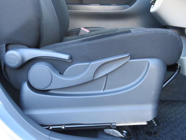 運転席シートはシートリフター付きで高さの調整が出来ます。安全・安心のドライブには正しいシートポジションが必須です!