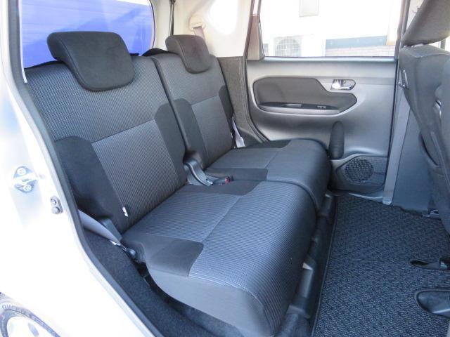 リヤシートには左右それぞれのリクライニングとスライド機能を採用。後席のチャイルドシートのお子様に手が届くようになりました☆