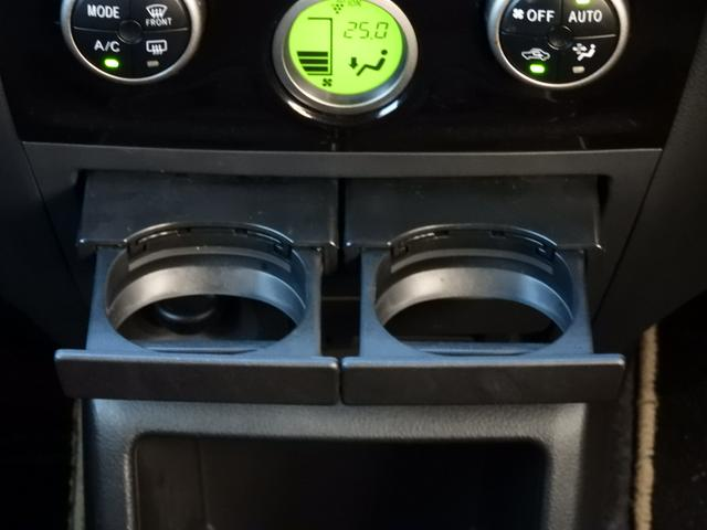 エアコン操作パネルの下にドリンクホルダーあります☆