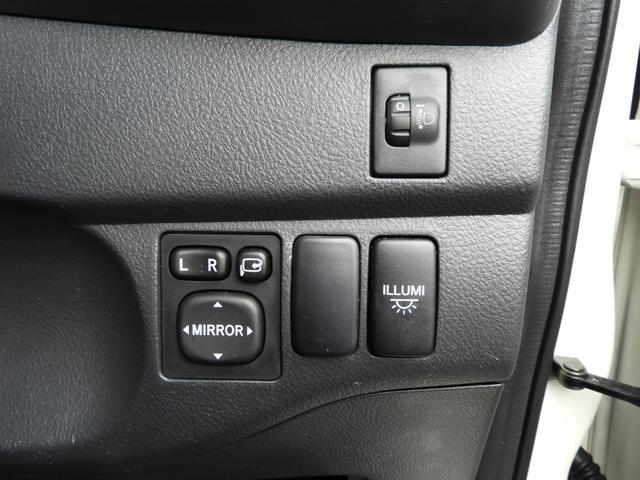 ハンドル右にはドアミラー格納調整部、車内イルミネーションのON・OFFボタン、ヘッドライトの光軸調整ダイヤルがあります☆