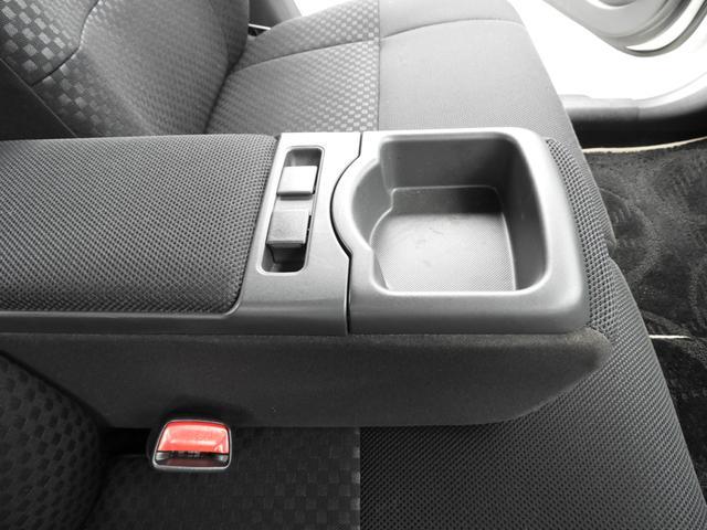 運転席・助手席間のひじ置きはロングドライブもゆったり出来ます☆運転席の方は両手でしっかりハンドルを持って下さいね♪