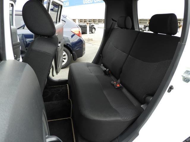 リヤシートも適度なホールド感と振動吸収性能を確保。形状を工夫し、足元のスペースを拡大しました☆ロングドライブも足を投げ出してリラックス♪